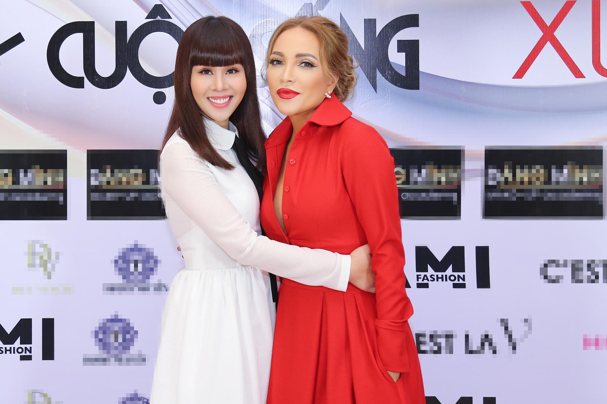 Ca sĩ Thanh Hà nắm tay hoa hậu Hằng Nguyễn trên sân khấu thời trang 1