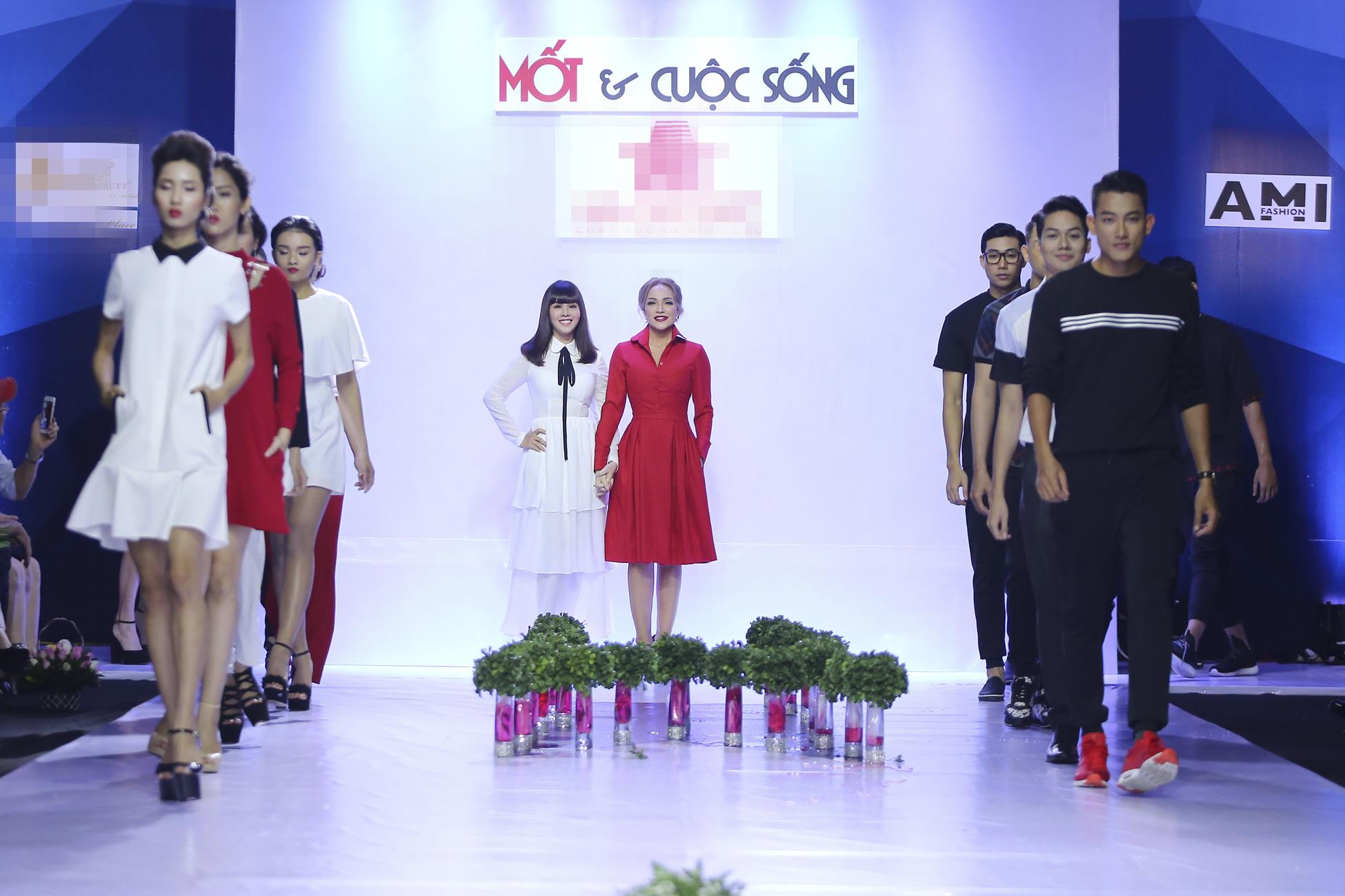 Ca sĩ Thanh Hà nắm tay hoa hậu Hằng Nguyễn trên sân khấu thời trang 3