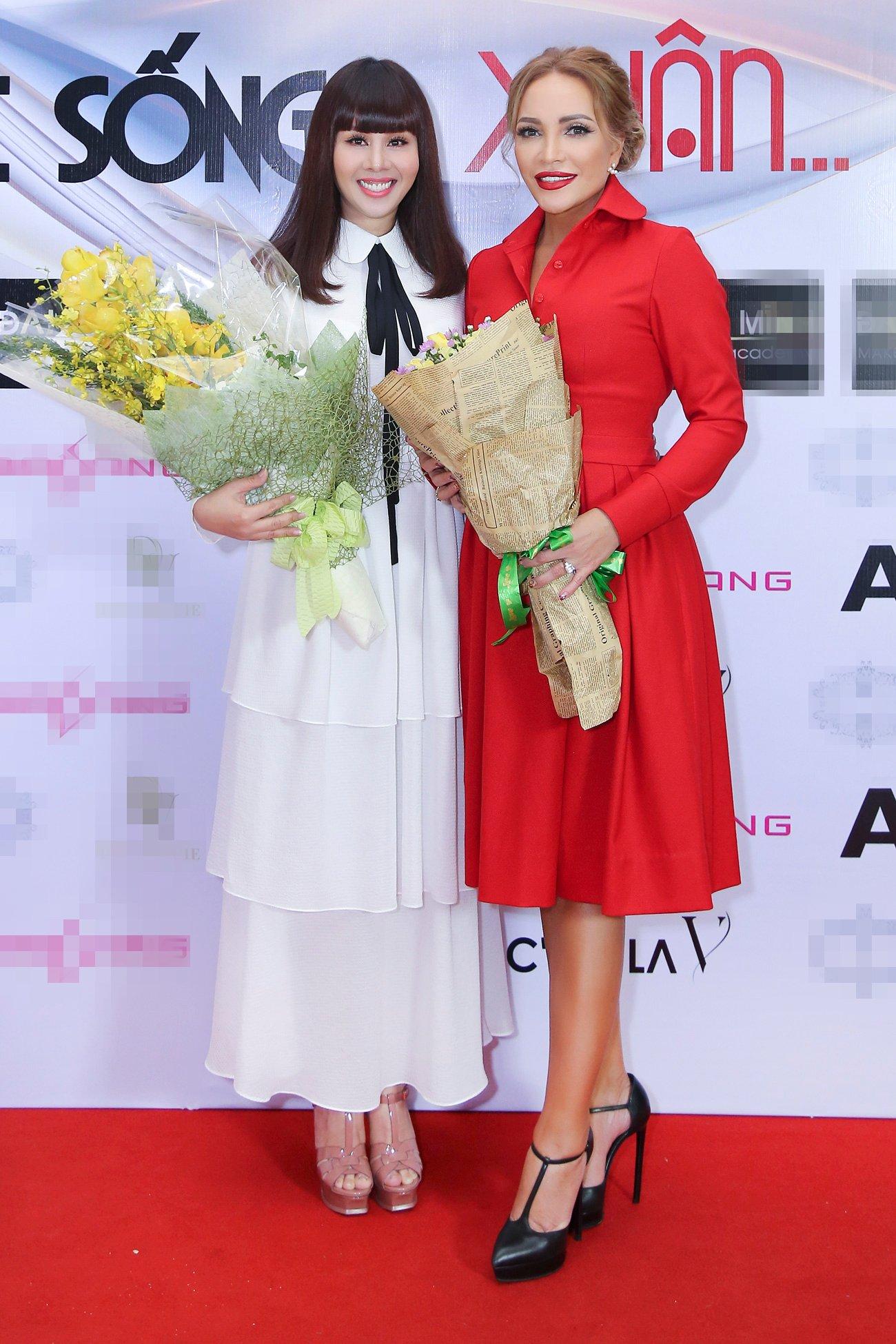 Ca sĩ Thanh Hà nắm tay hoa hậu Hằng Nguyễn trên sân khấu thời trang 5