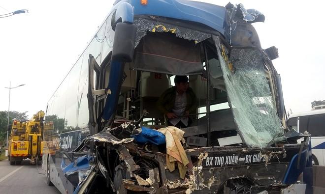 Xe giường nằm đâm xe đầu kéo, hàng chục hành khách thoát chết 1