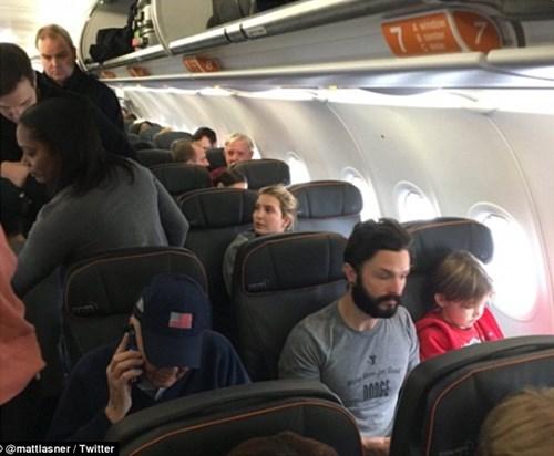 Bị đuổi khỏi máy bay vì mắng