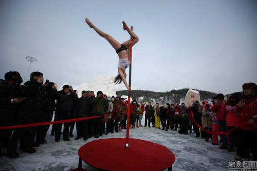 Bất chấp giá lạnh -33 độ C, nhiều cô gái múa cột ngoài trời ở TQ 2