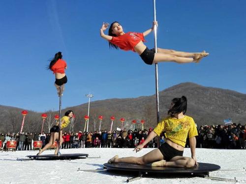 Bất chấp giá lạnh -33 độ C, nhiều cô gái múa cột ngoài trời ở TQ 1