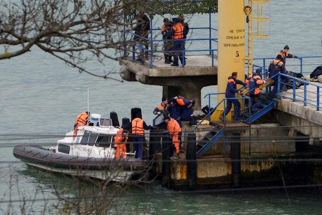 Chùm ảnh: Đưa thi thể nạn nhân máy bay Nga rơi vào bờ 1