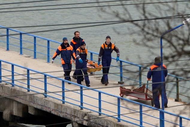 Chùm ảnh: Đưa thi thể nạn nhân máy bay Nga rơi vào bờ 2
