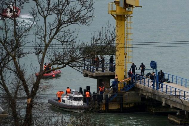 Chùm ảnh: Đưa thi thể nạn nhân máy bay Nga rơi vào bờ 6