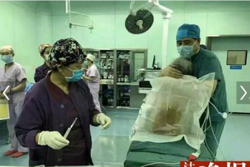 Bác sĩ ôm bệnh nhân 102 tuổi suốt ca phẫu thuật gây xúc động 3