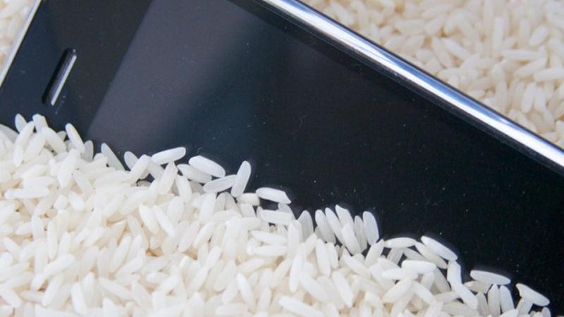Cứu smartphone khi bị vào nước trong vài bước đơn giản mà hiệu quả 3