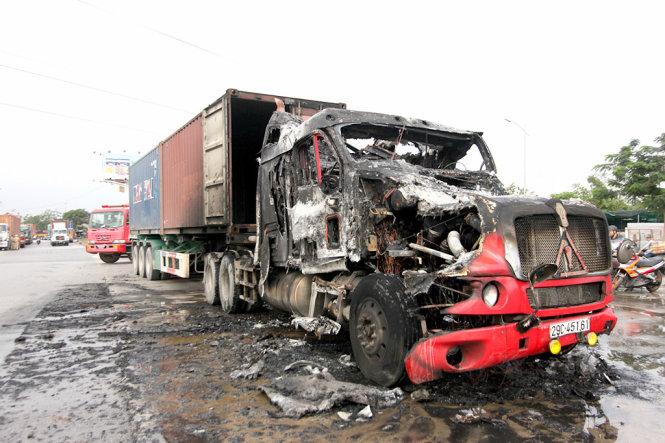 Xe container đang chạy bất ngờ bốc cháy, lửa thiêu rụi cabin 2