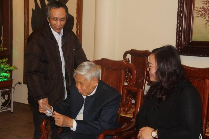 Ông Hàn Đức Long đến cảm ơn nguyên Tổng Bí thư Lê Khả Phiêu 1