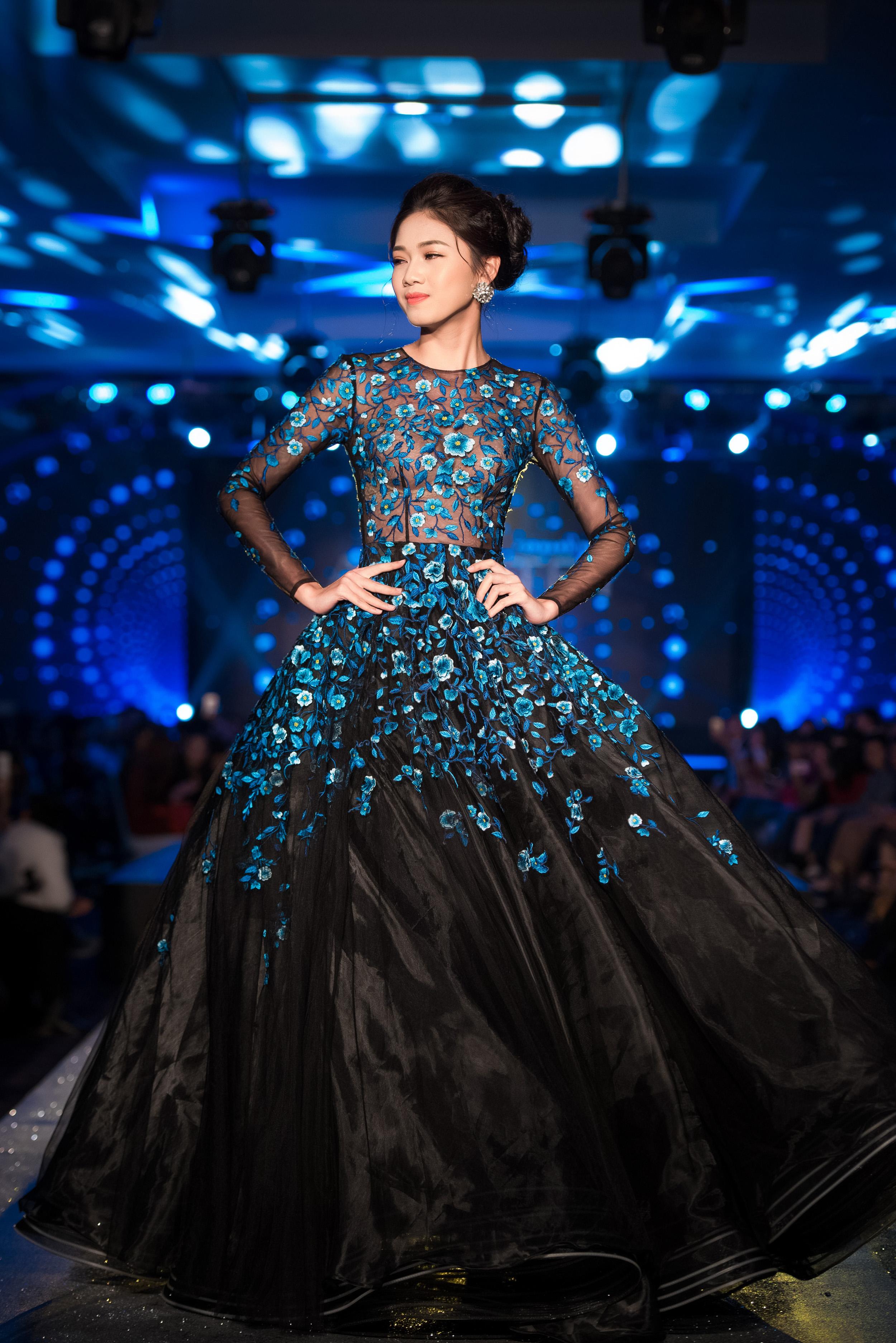 Á hậu Thanh Tú lộng lẫy trên sàn catwalk 4