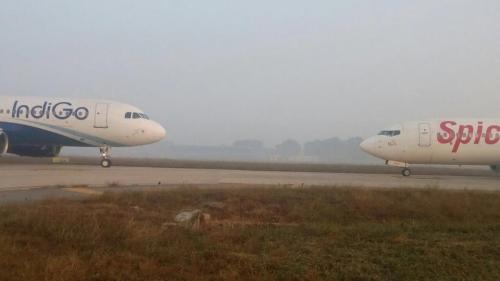 Hai phi cơ chở 363 khách suýt đấu đầu nhau trên sân bay 1