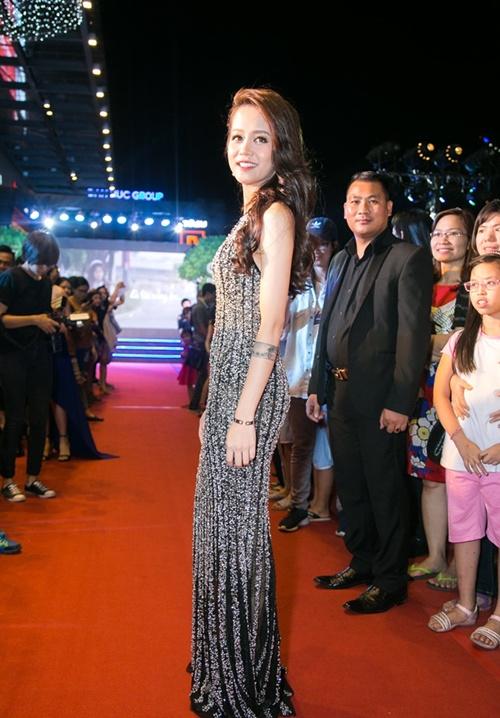 Vợ chồng Trấn Thành - Hari Won tình tứ dự ra mắt phim 9