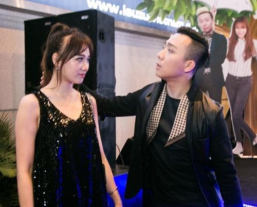 Vợ chồng Trấn Thành - Hari Won tình tứ dự ra mắt phim 4