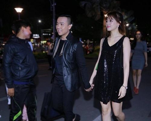 Vợ chồng Trấn Thành - Hari Won tình tứ dự ra mắt phim 1