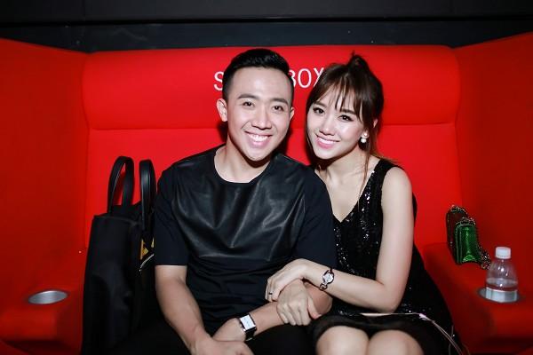Vợ chồng Trấn Thành - Hari Won tình tứ dự ra mắt phim 6