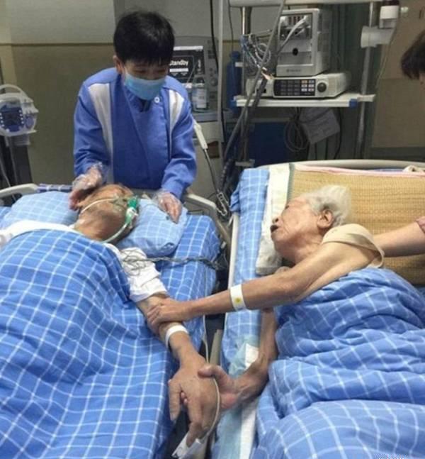 Khoảnh khắc cụ ông 92 tuổi muốn nắm tay vợ lần cuối gây xúc động 1