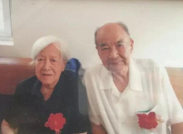 Khoảnh khắc cụ ông 92 tuổi muốn nắm tay vợ lần cuối gây xúc động 2