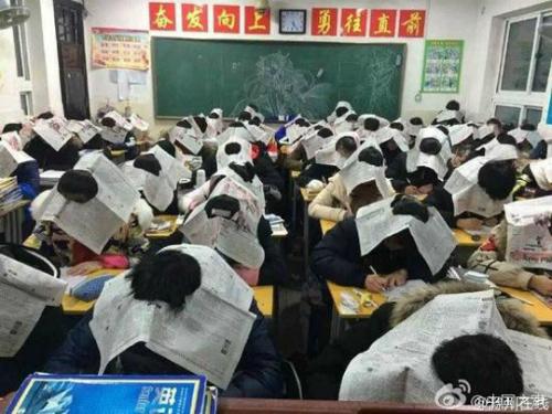 Học sinh đội báo lên đầu để chống gian lận thi cử 1