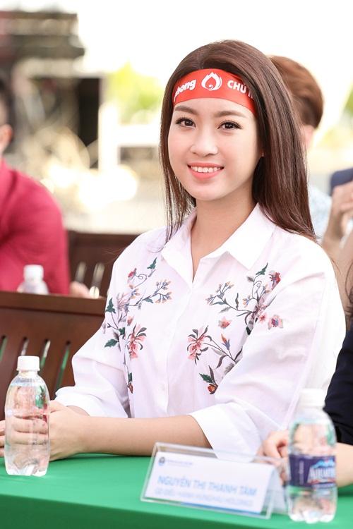 Hoa hậu Mỹ Linh, Á hậu Thanh Tú xinh tươi rạng rỡ đi hiến máu 2