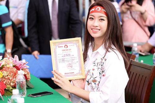 Hoa hậu Mỹ Linh, Á hậu Thanh Tú xinh tươi rạng rỡ đi hiến máu 6