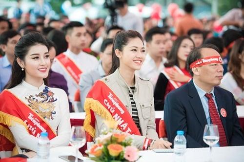 Hoa hậu Mỹ Linh, Á hậu Thanh Tú xinh tươi rạng rỡ đi hiến máu 7