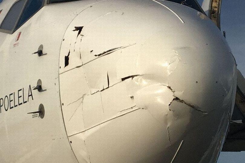 Vật thể lạ đâm nát mũi máy bay chở 80 hành khách 1