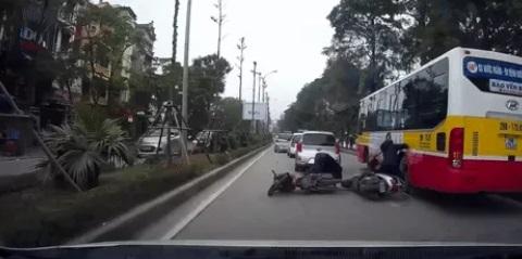 Đứng tim với màn bám sườn xe buýt thoát nạn sau va chạm giao thông 1