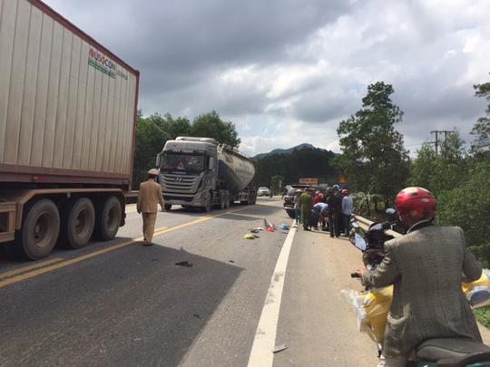 Tai nạn giao thông, 2 mẹ con chết thảm dưới gầm xe Fortuner 1