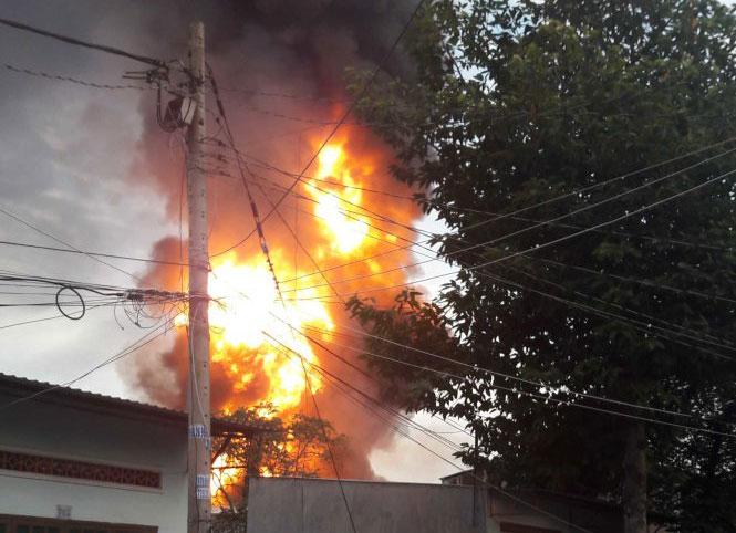 TPHCM: Cháy lớn kho hóa chất lúc rạng sáng 1