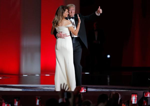Video: Vợ chồng Tổng thống Trump khiêu vũ trong dạ tiệc chào mừng 1