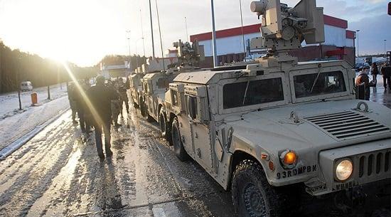 Xe tải quân sự Mỹ lật, đánh rơi vỏ xe tăng xuống đường 1