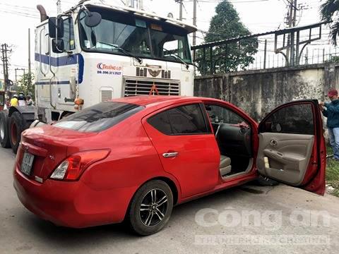Ôtô bị container đẩy đi hàng chục mét, anh đạp cửa cứu em 1