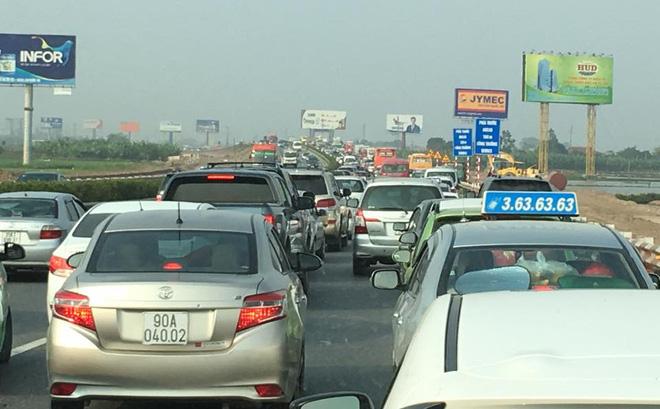 Cao tốc Pháp Vân - Cầu Giẽ ùn tắc vì 3 ôtô tông liên hoàn 1
