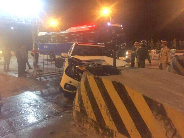 Cảnh sát phá cửa giải cứu 5 người mắc kẹt trong xe ô tô 1