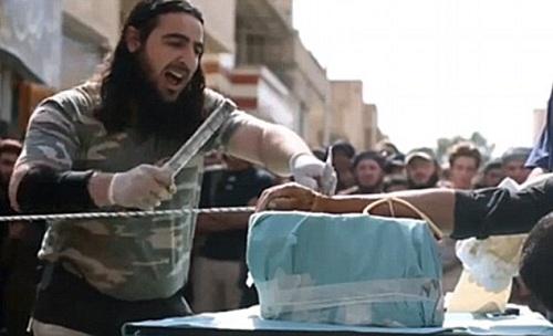 Hai cậu bé bị IS chặt tay vì từ chối hành quyết người dân 1