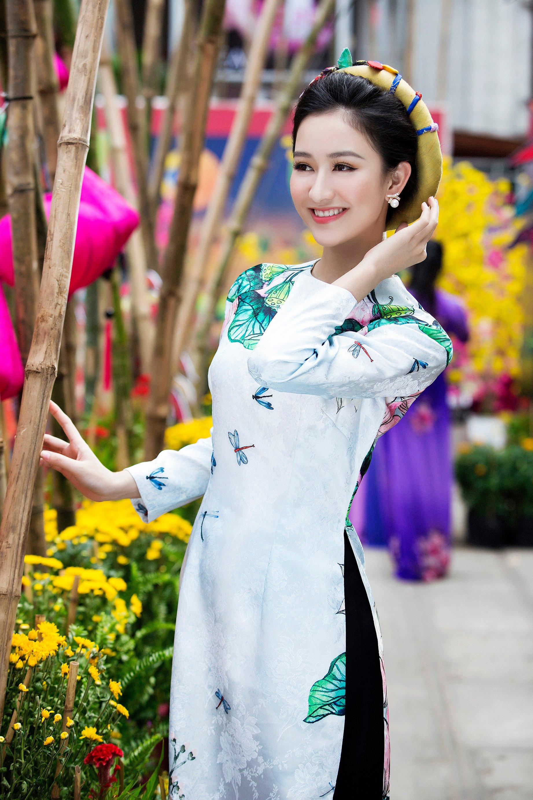 Á hậu Hà Thu mặc áo dài truyền thống đi xin chữ đầu năm 4