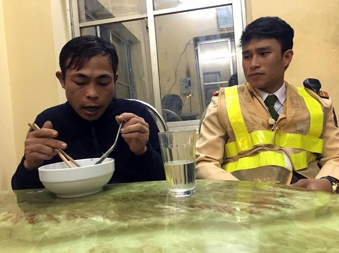 Hình ảnh Phu hồ bị chủ quỵt tiền, bỏ đói đến ngất xỉu được CSGT giúp đỡ số 1