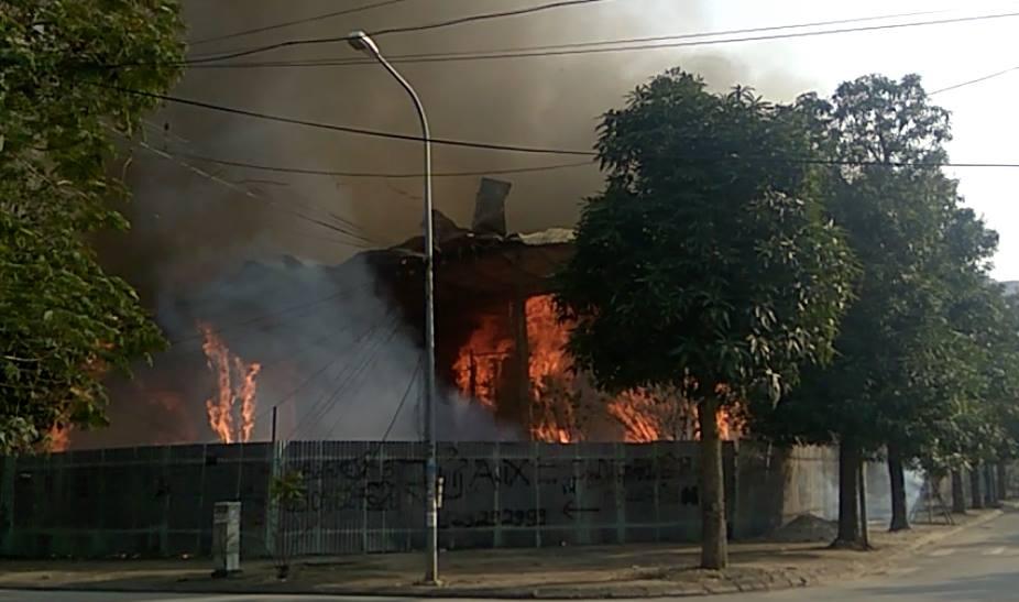 Cháy lớn tại khu đất ven hồ Tây 2