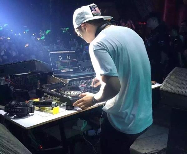 Lộ ảnh được cho là BigBang vui đùa cùng các vũ nữ trong hộp đêm 4