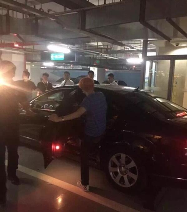 Hình ảnh Lộ ảnh được cho là BigBang vui đùa cùng các vũ nữ trong hộp đêm số 9