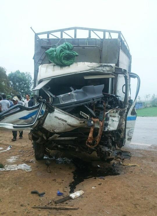 2 xe tải đối đầu, người dân phá cabin cứu tài xế mắc kẹt 1