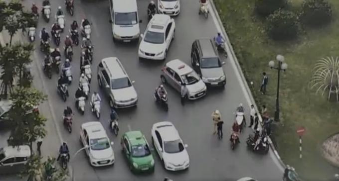 Va chạm giao thông: 2 tài xế trổ tài đấm bốc trên phố gây tắc đường 1