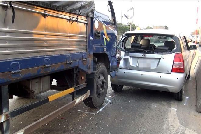 5 ô tô gây tai nạn liên hoàn, quốc lộ 1 ùn tắc gần một giờ 1