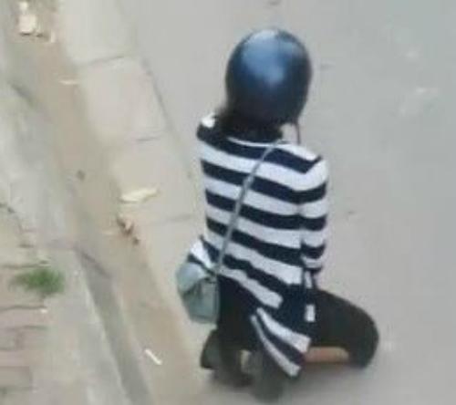 Xôn xao clip bắt bạn gái quỳ gối giữa đường xin lỗi 1