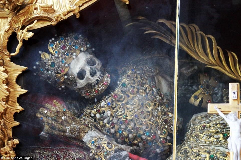 Bộ xương dát vàng, nạm ngọc trong tu viện 700 năm tuổi 3