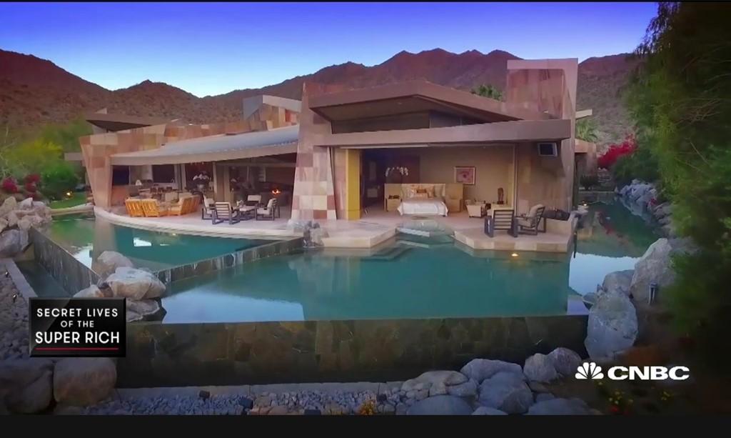 Bể bơi bao quanh dinh thự gần 12 triệu USD nằm giữa sa mạc 4