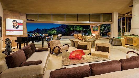 Bể bơi bao quanh dinh thự gần 12 triệu USD nằm giữa sa mạc 2
