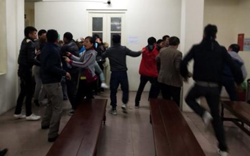 Gia đình bị cáo và bị hại ẩu đả náo loạn ngoài phòng xử án 1