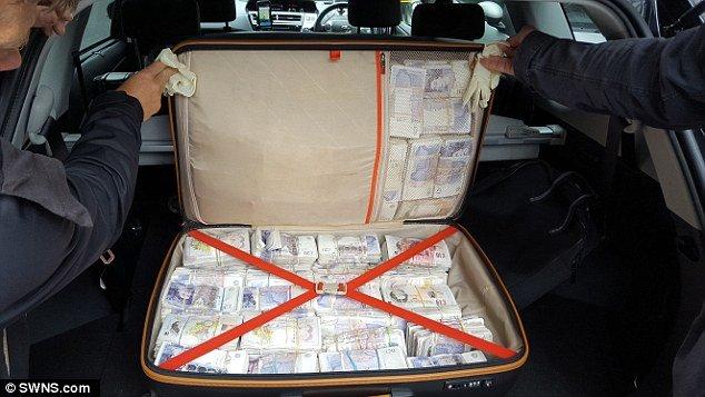 Cảnh sát Anh thu giữ túi tiền gần 27 tỷ đồng 2